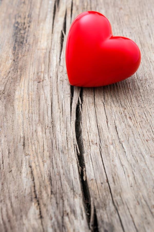 在木板条裂缝的红色心脏  免版税图库摄影
