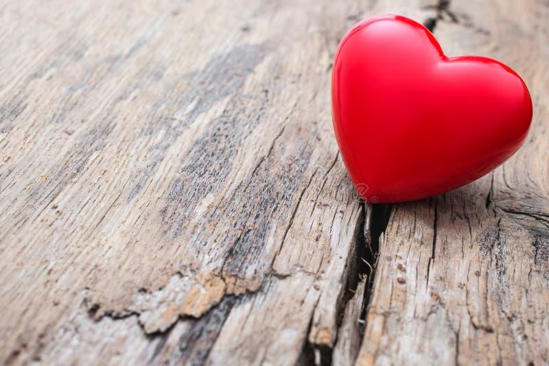 在木板条裂缝的红色心脏  图库摄影