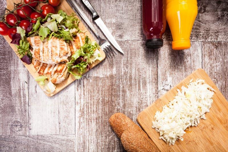 在木板的可口烤鸡 免版税图库摄影