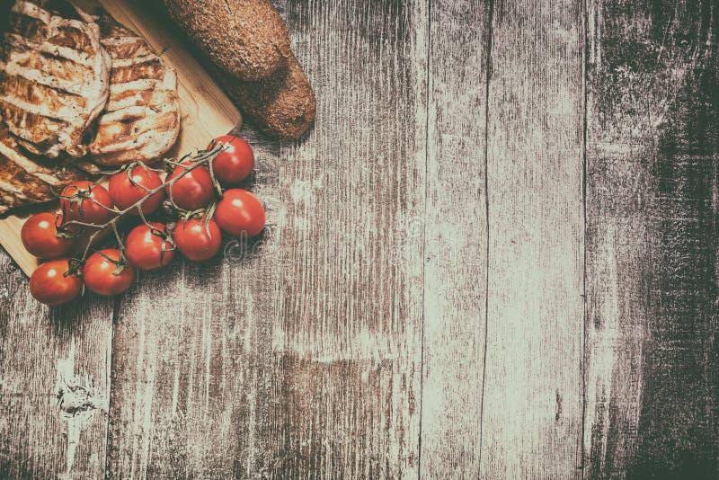 在木板的可口烤鸡 库存图片