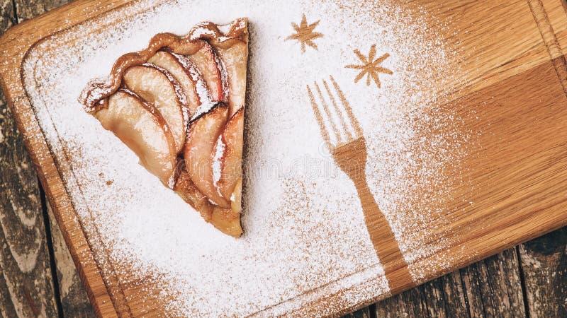 在木板的圣诞节饼 自创苹果馅饼片断  顶视图 复制空间 土气样式 传统假日苹果饼 库存图片