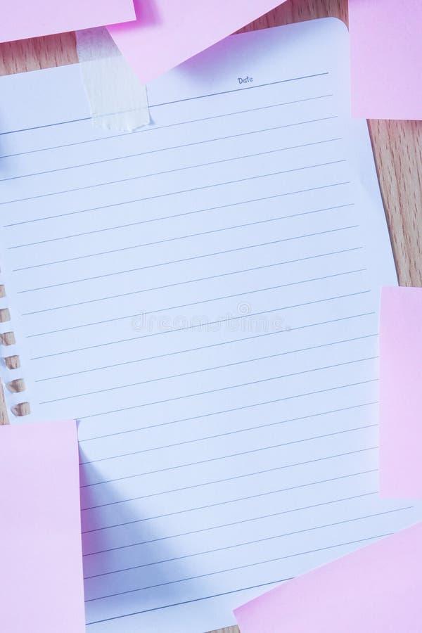 在木板的备忘录纸 免版税图库摄影