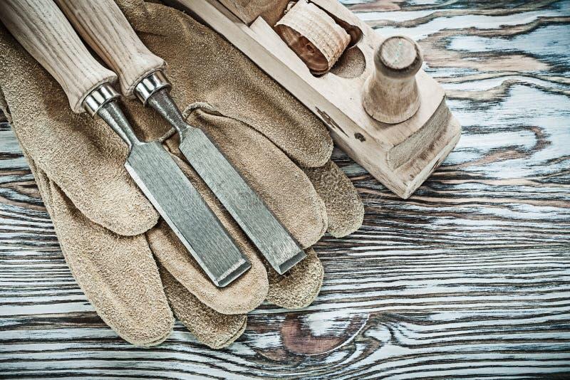 在木板的安全手套平的凿子整平机 免版税库存照片