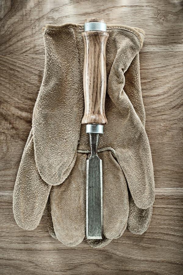 在木板的平的凿子安全手套 库存照片