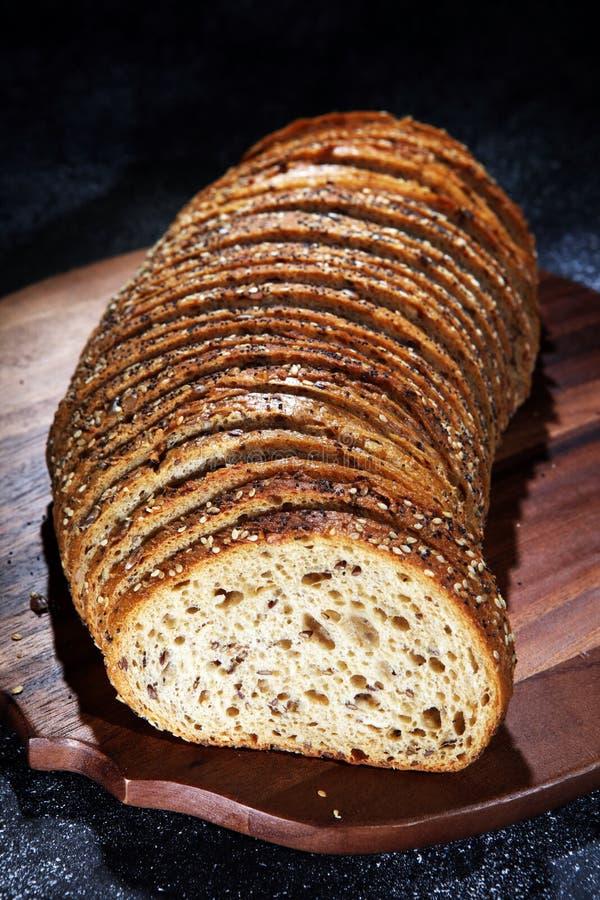 在木板的新近地被烘烤的面包 cutted的面包 库存照片