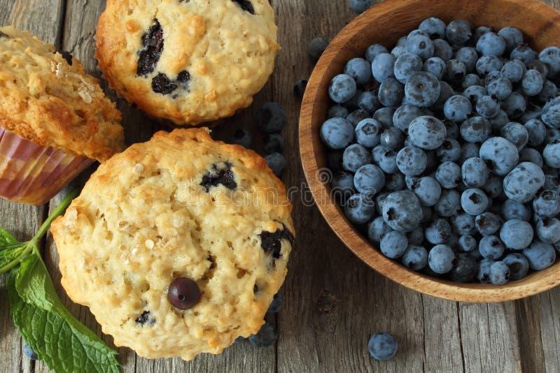 在木板的蓝莓松饼 免版税库存图片