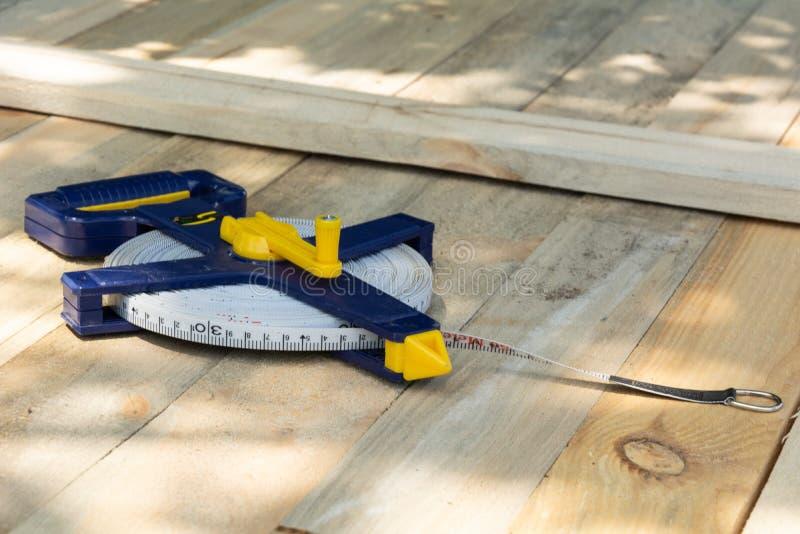 在木板的轮盘赌大地测量学的100米 免版税库存照片