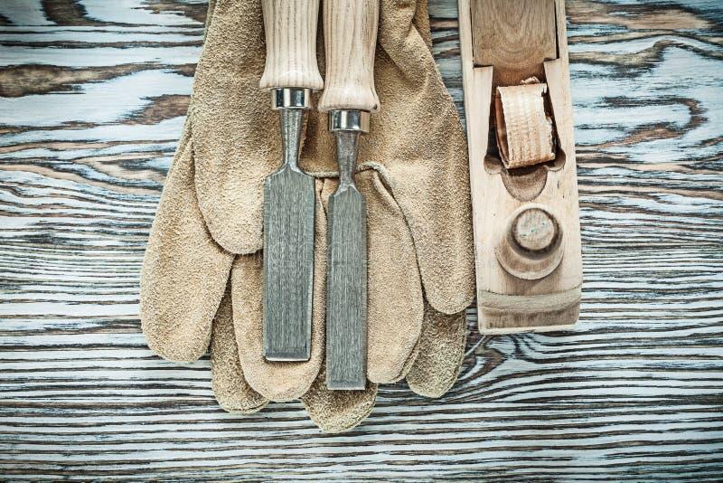 在木板的防护手套平的凿子整平机 免版税库存图片