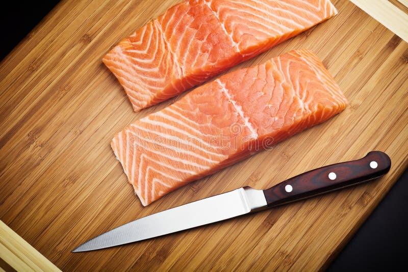 在木板的鲑鱼排 库存图片