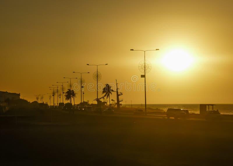 在木板走道的日落在卡塔赫钠哥伦比亚 免版税库存照片