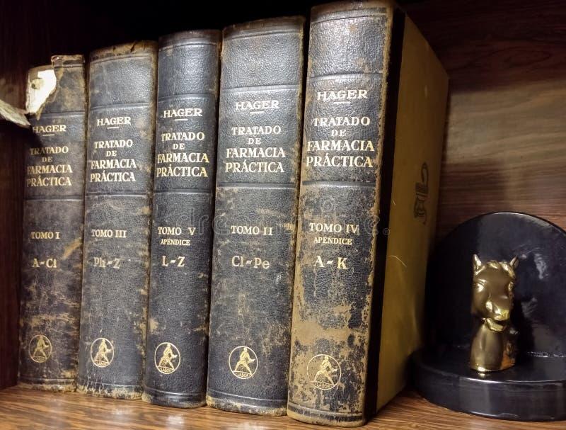 在木架子的古色古香的课本 实用药房条约赫尔曼Hager 免版税库存照片