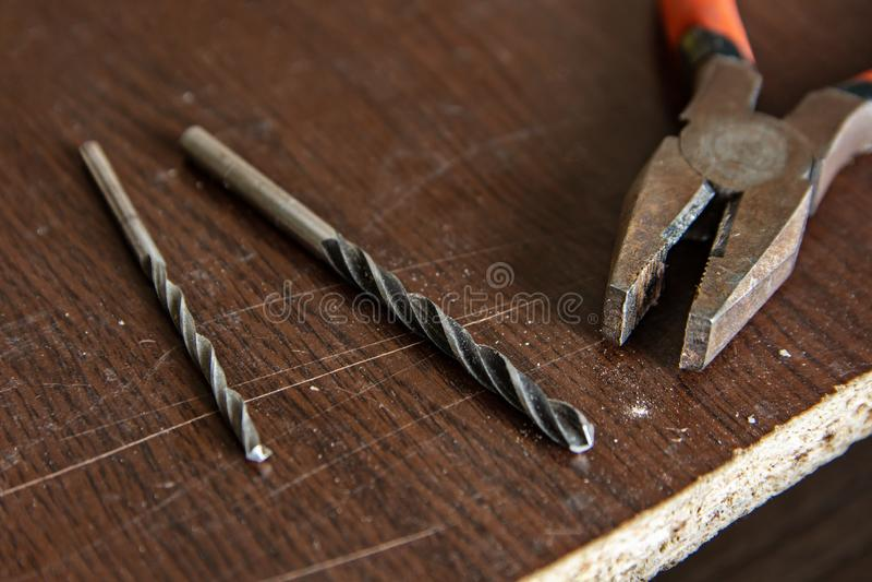 在木桌、钳子和钻子上的仪器 库存照片