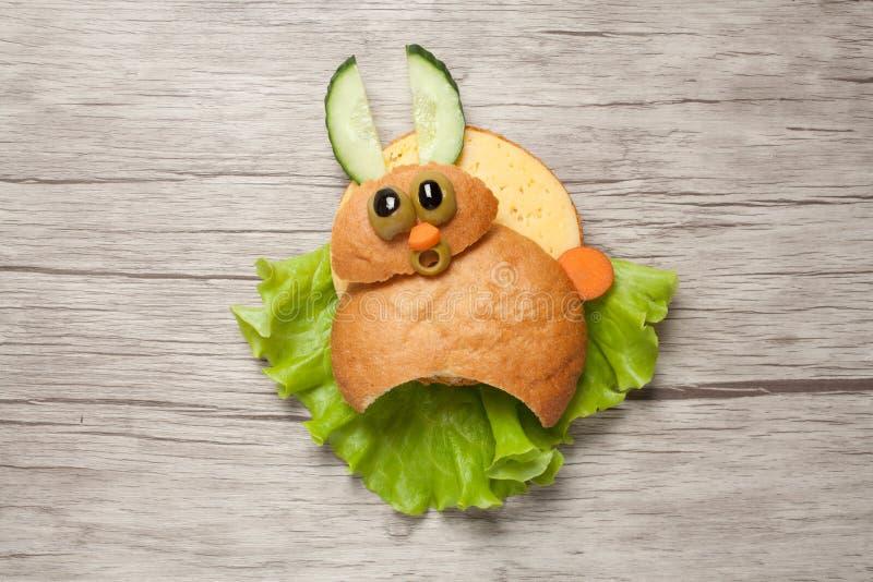 在木桌上创造的害怕的三明治兔子 图库摄影