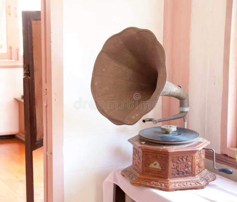 在木桌上把放的留声机 库存图片