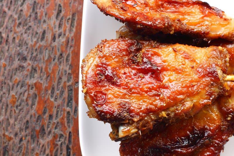 在木桌上把放的白色板材的烤鸡 库存图片