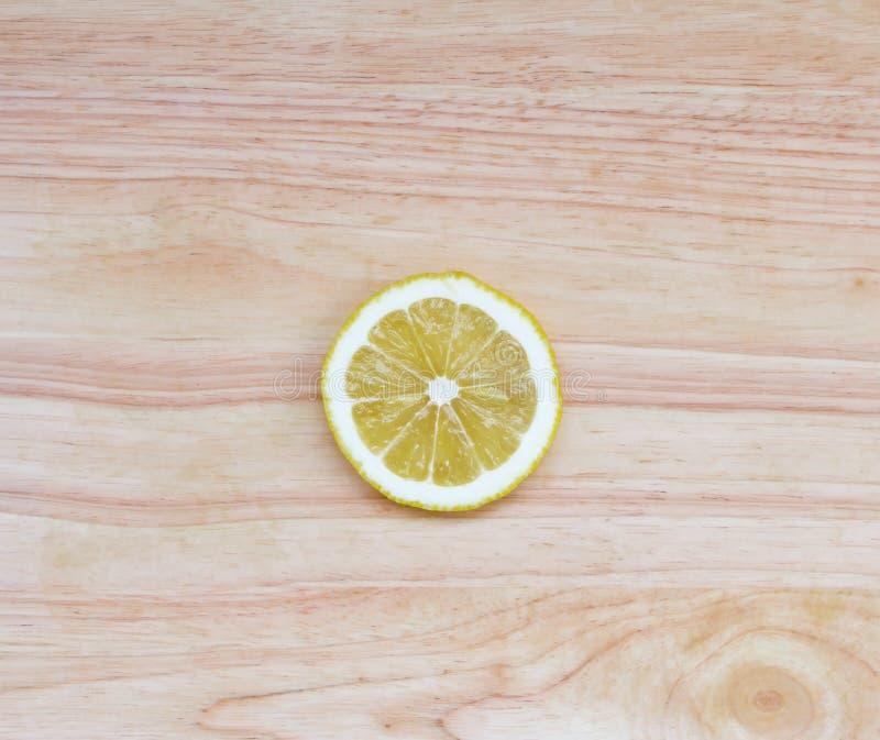 在木桌上的一个圆的柠檬切片 图库摄影