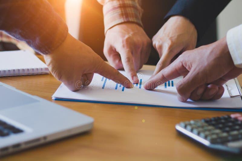在木桌上的业务会议 操作范围 手pointin 免版税库存照片