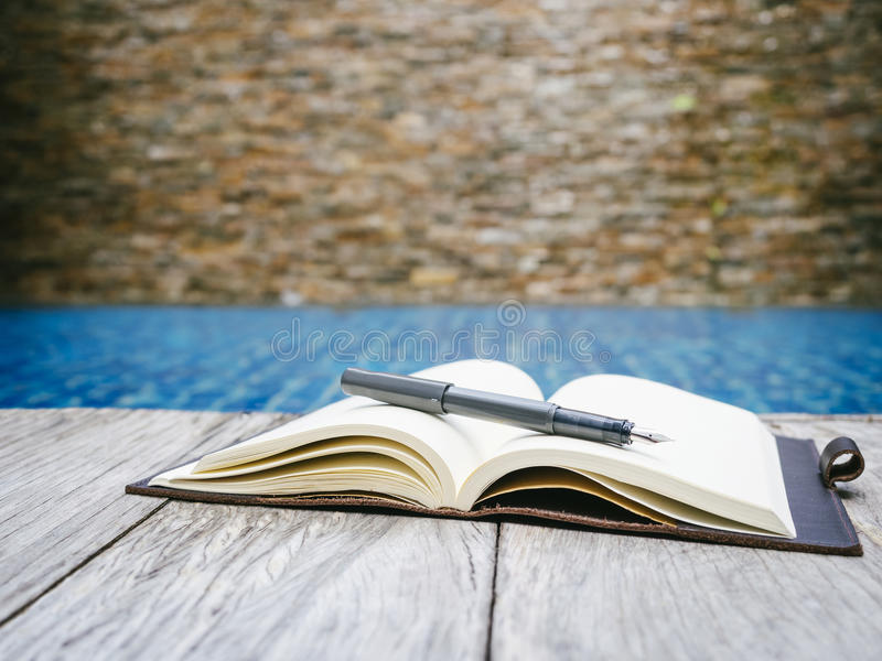 在木桌上的书开放页 免版税库存图片