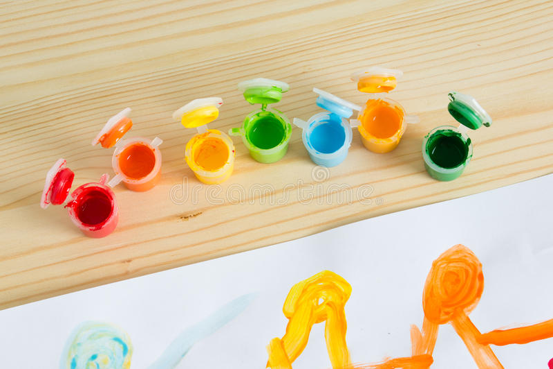 在木桌上的五颜六色的丙烯酸漆 儿童` s艺术 库存照片