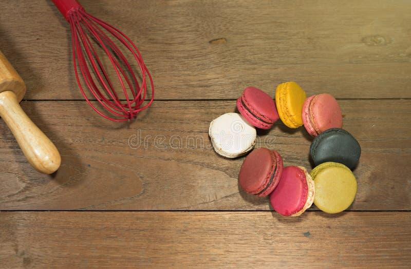 在木桌上的五颜六色的蛋白杏仁饼干 免版税库存图片
