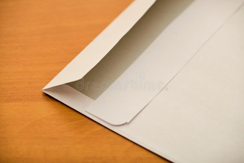 在木桌上的信封细节 免版税库存照片