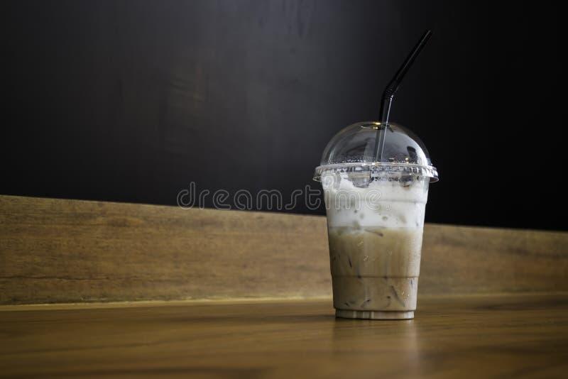 在木桌上的冰冻咖啡拿铁 免版税库存图片