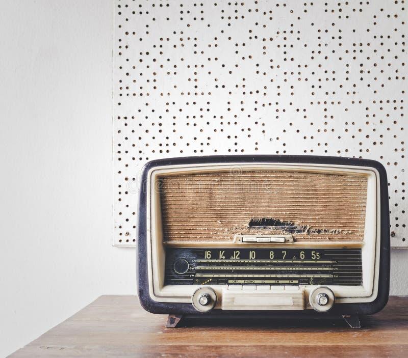 在木桌上的减速火箭的收音机 库存图片