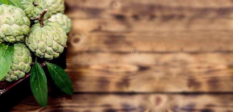 在木桌上的南美番荔枝 免版税库存照片