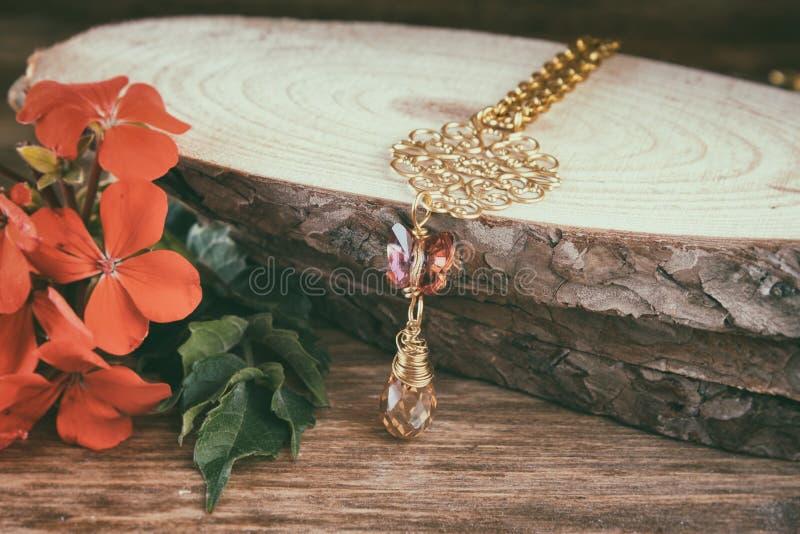 在木桌上的古色古香的葡萄酒项链 减速火箭的被过滤的图象 免版税图库摄影
