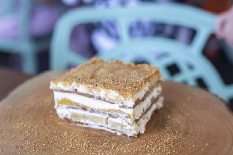 在木桌上的可口芒果浮游物蛋糕 免版税库存图片