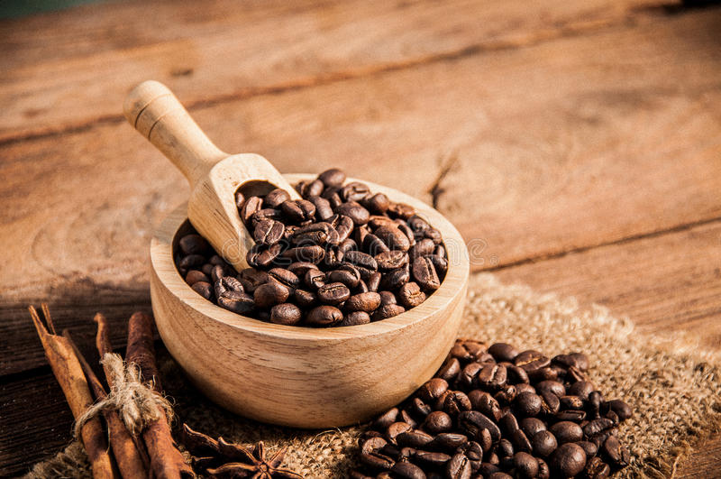 在木桌上的咖啡豆 免版税库存照片
