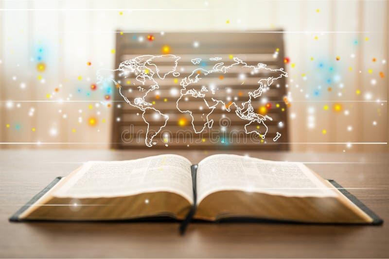 在木桌上的圣经书 免版税库存图片