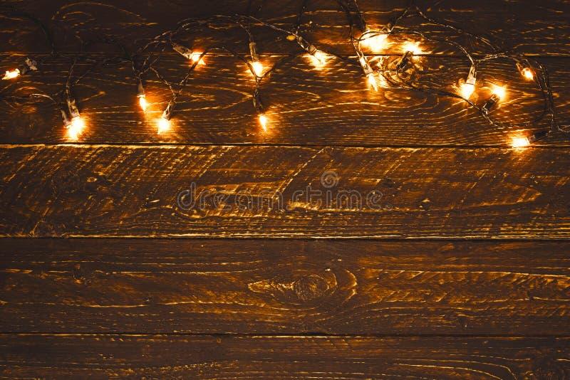 在木桌上的圣诞灯电灯泡 圣诞快乐xmas背景 库存图片