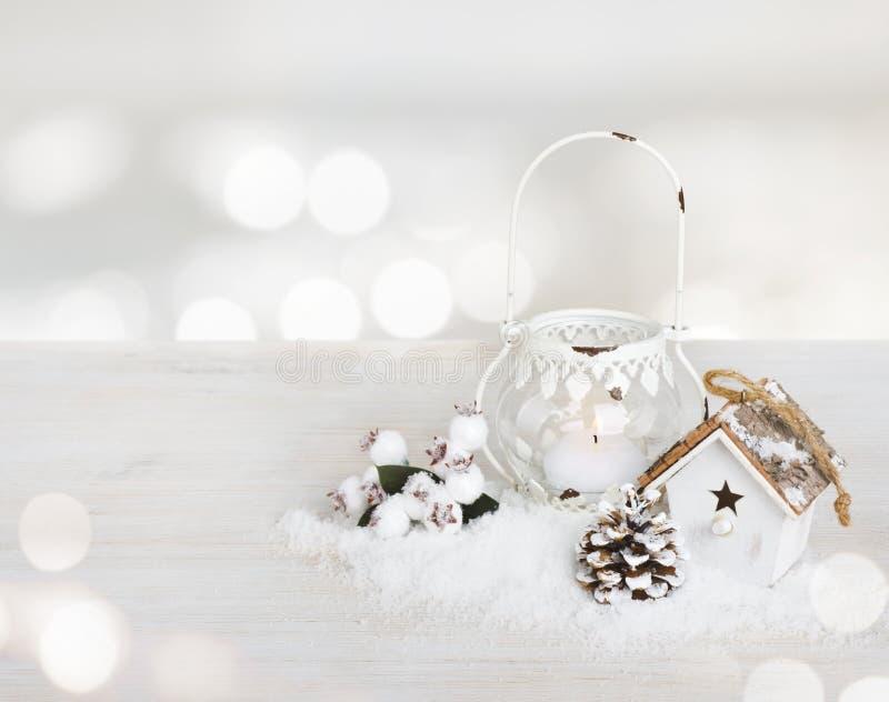 在木桌上的圣诞节装饰在摘要点燃背景 免版税库存图片