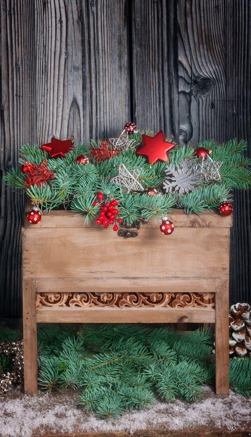 在木桌上的圣诞节装饰 免版税库存图片