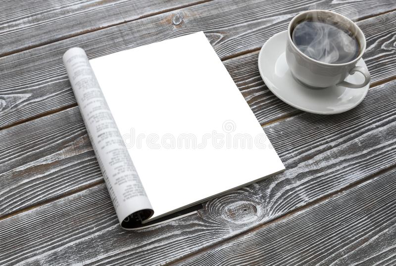 在木桌上的大模型杂志 热的咖啡杯 免版税库存照片