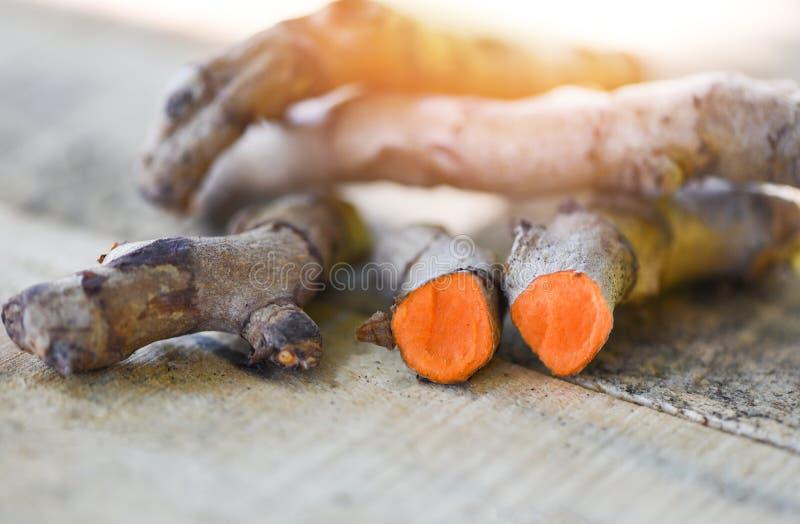 在木桌上的姜黄根植物草药的 免版税库存图片