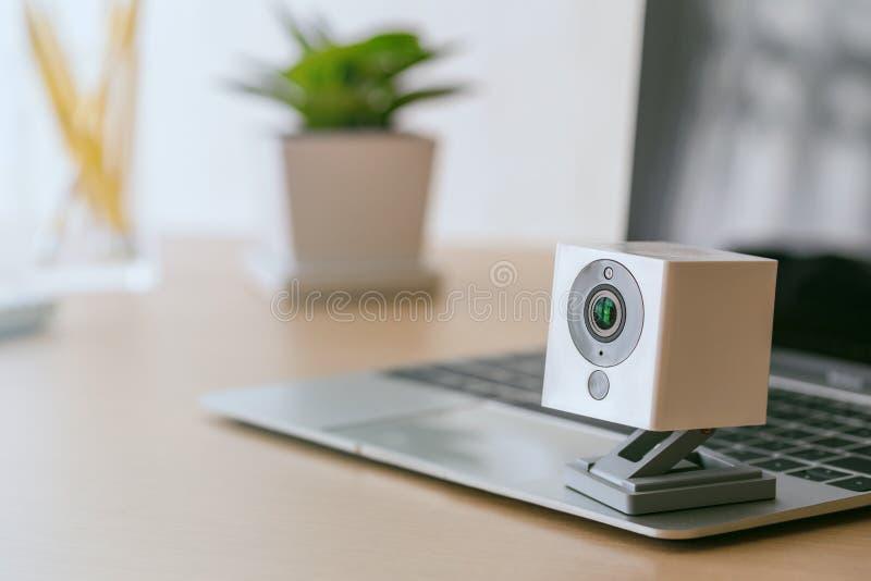 在木桌上的安全监控相机 IP照相机 免版税库存照片