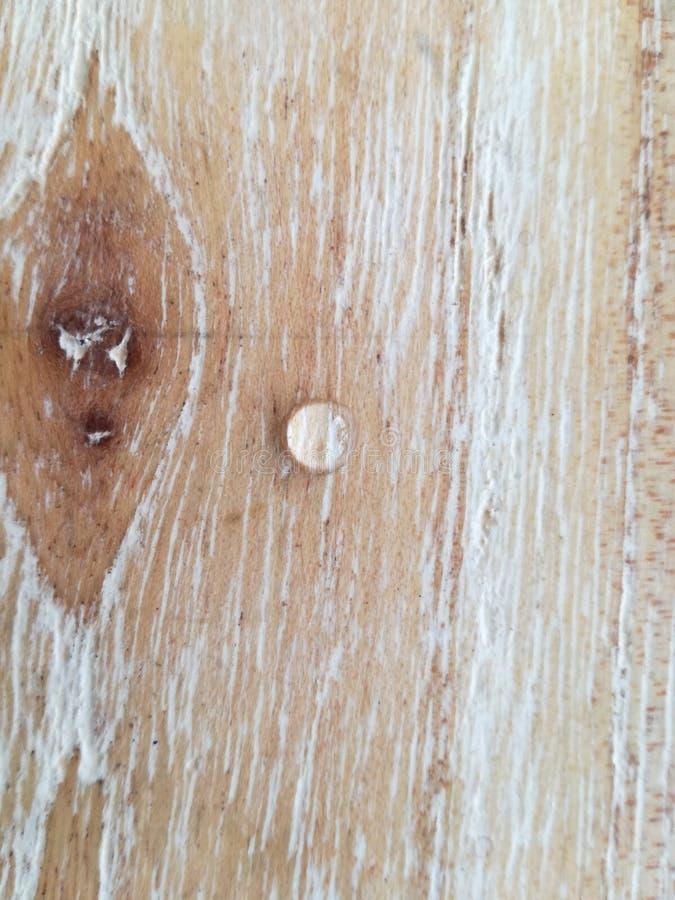 在木桌上的小下落 免版税库存图片