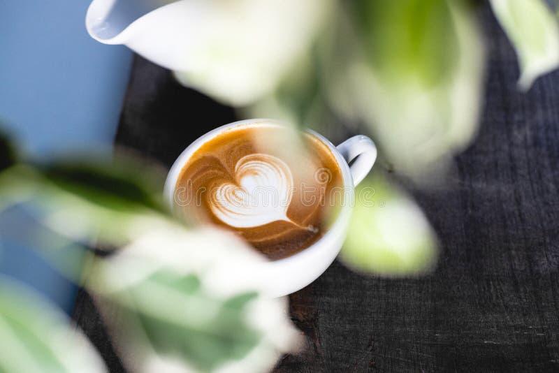 在木桌上的心形的咖啡拿铁 图库摄影