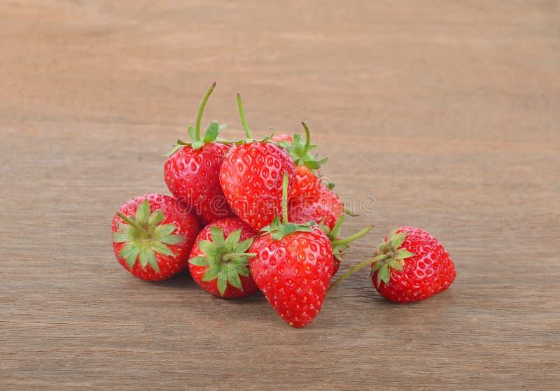 在木桌上的成熟红色草莓 免版税库存图片