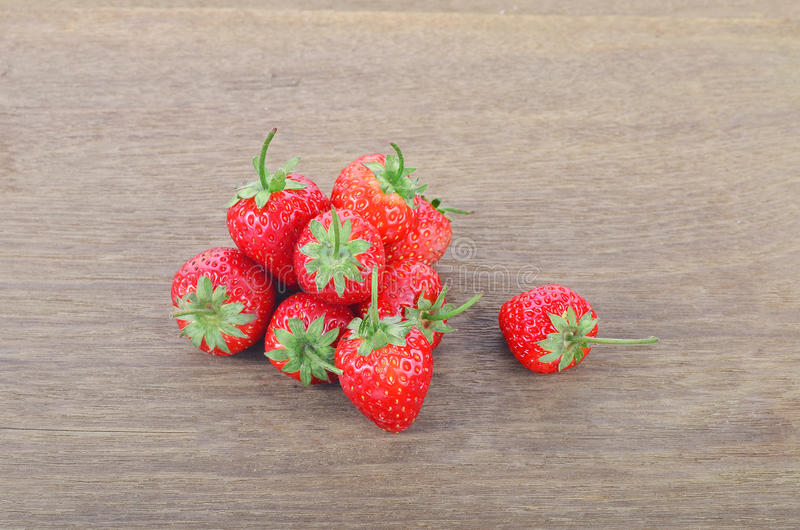 在木桌上的成熟红色草莓 库存照片