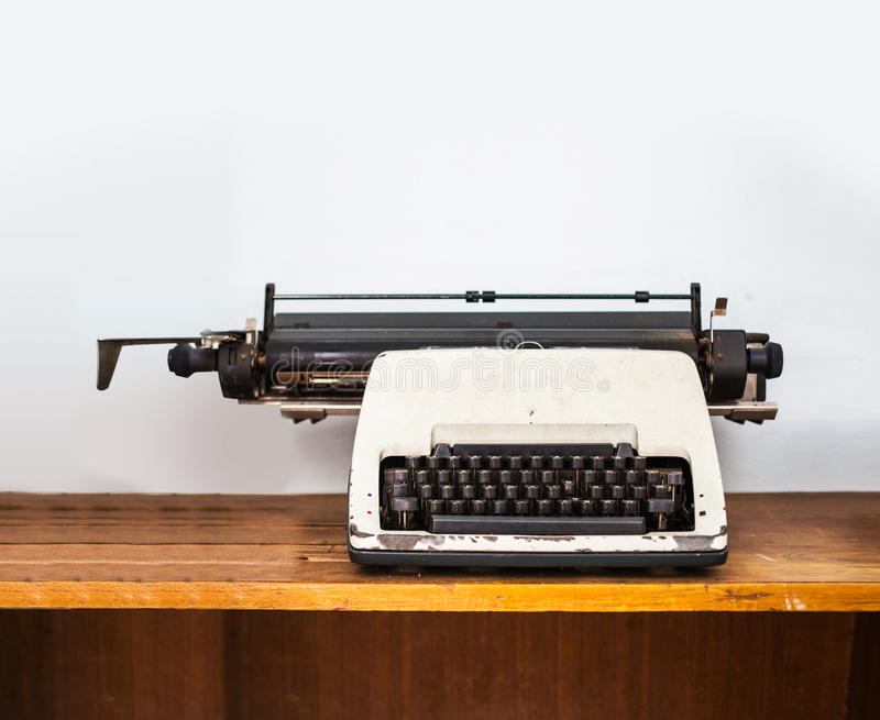 在木桌上的打字机 库存图片