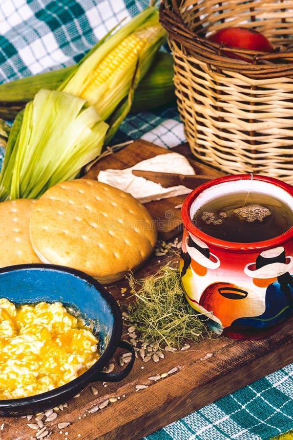 在木桌上的拉丁美洲的早餐 库存照片