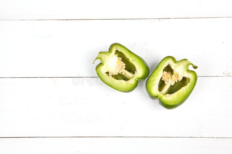 在木桌上的新鲜的五颜六色的甜椒箱子 图库摄影