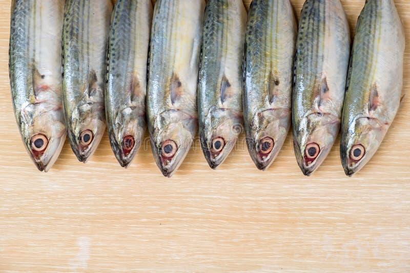 在木桌上的新鲜的海鱼 免版税库存照片