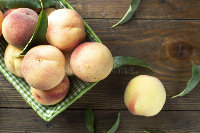 在木桌上的新鲜的甜桃子 免版税图库摄影