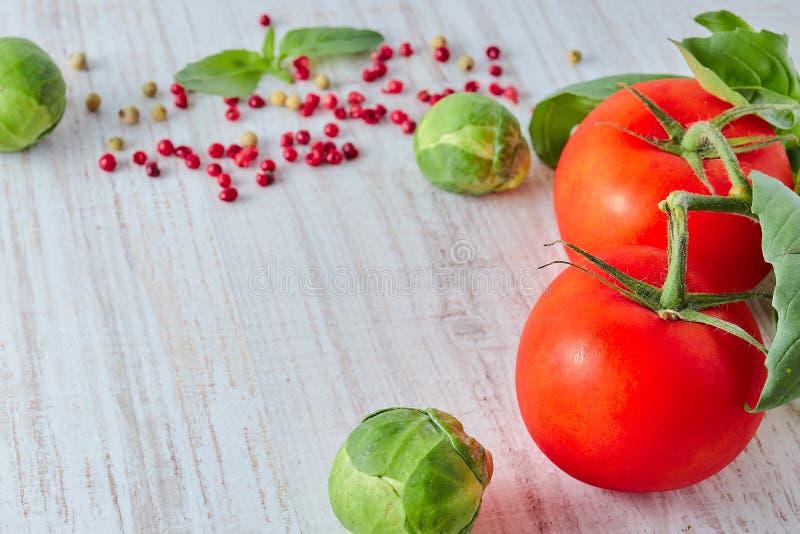 在木桌上的新鲜的红色菜 菜的构成,蕃茄,硬花甘蓝 减速火箭的样式 垂直的视图 健康 免版税库存照片