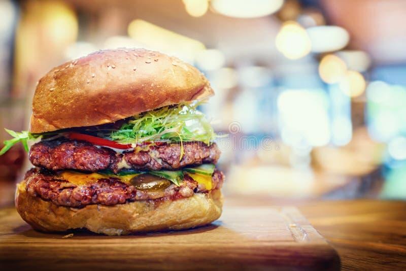 在木桌上的新鲜的鲜美汉堡 汉堡包快餐restaura 免版税图库摄影