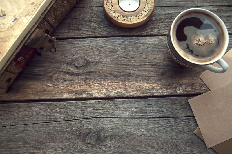在木桌上的旅行和假期项目 顶视图 免版税库存照片